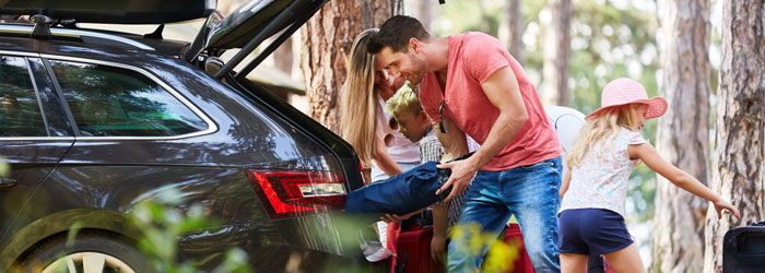Family packing car for holiday in the forest (Shutterstock, Robert Kneschke)